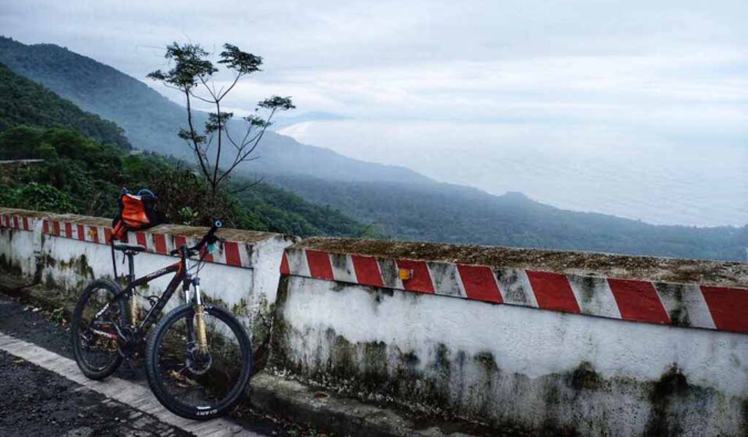 bike on hai van pass road